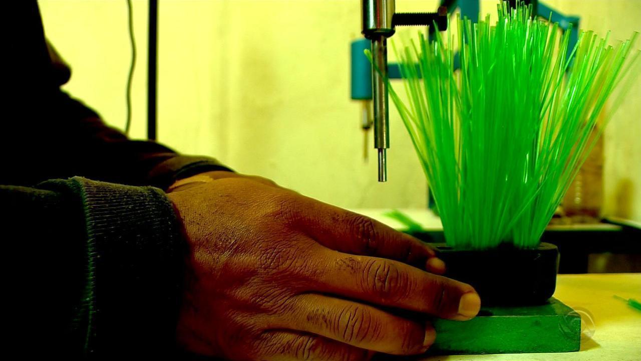 Apenados do Instituto Penal de Passo Fundo produzem vassouras com garrafas pets