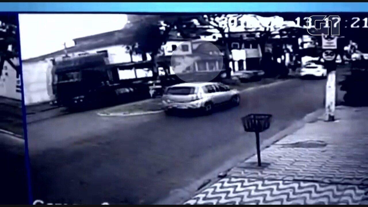 Idosa escapa de ser atingida por peça de caminhão em São Vicente
