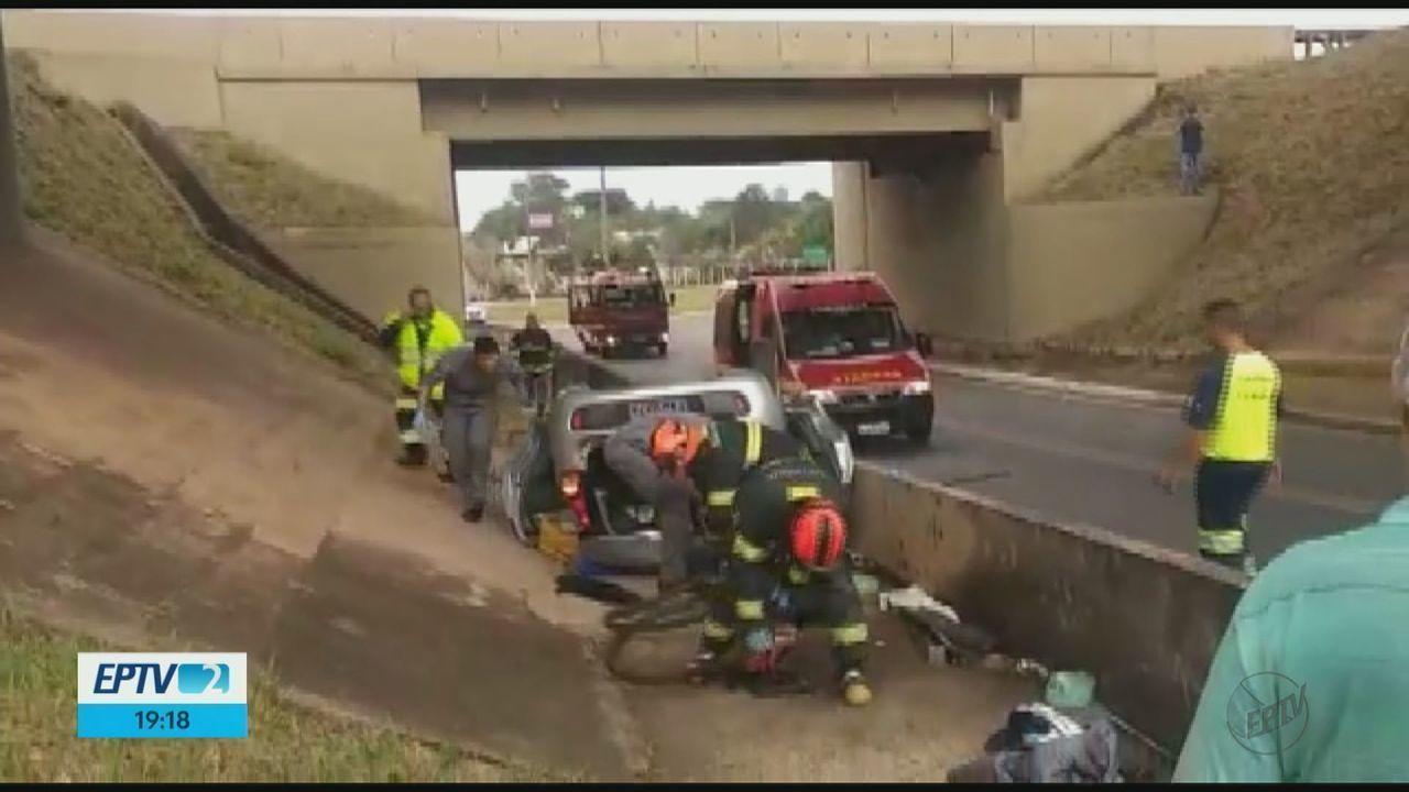 Casal fica gravemente ferido após carro cair de viaduto na rodovia SP-330