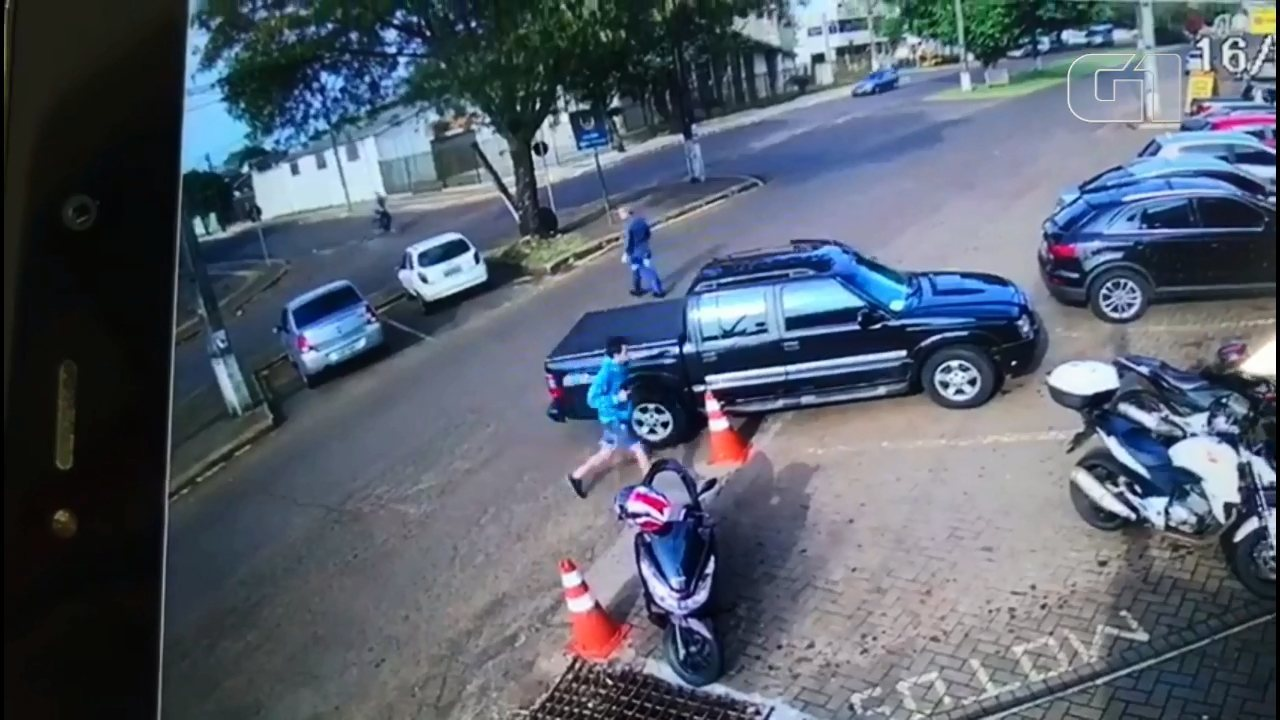 Motorista é rendido por ladrões ao sair com caminhonete de mercado; assista ao vídeo