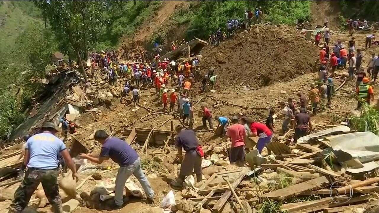 Equipes de resgate trabalham na busca por vítimas de um tufão nas Filipinas