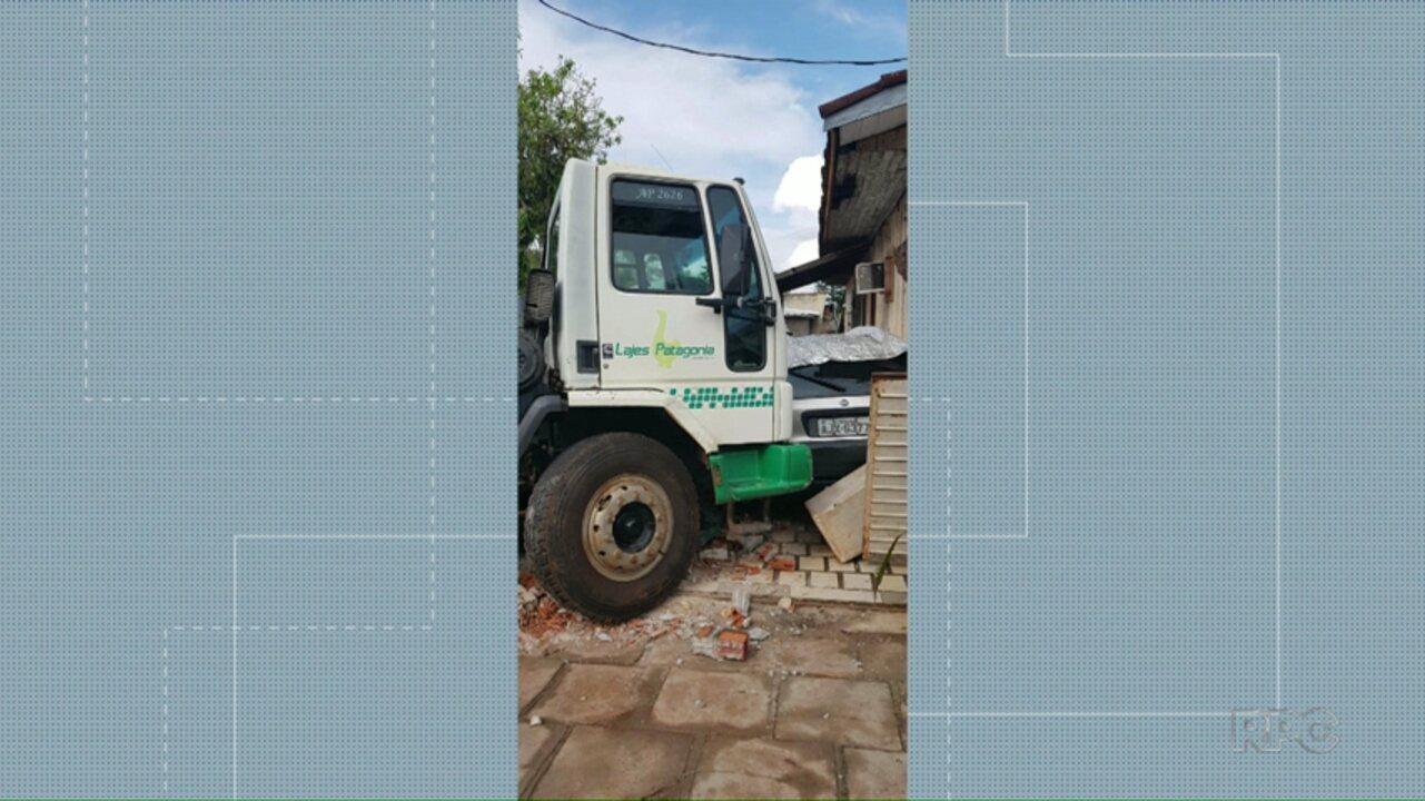 Caminhão bate em muro de casa em Foz do Iguaçu