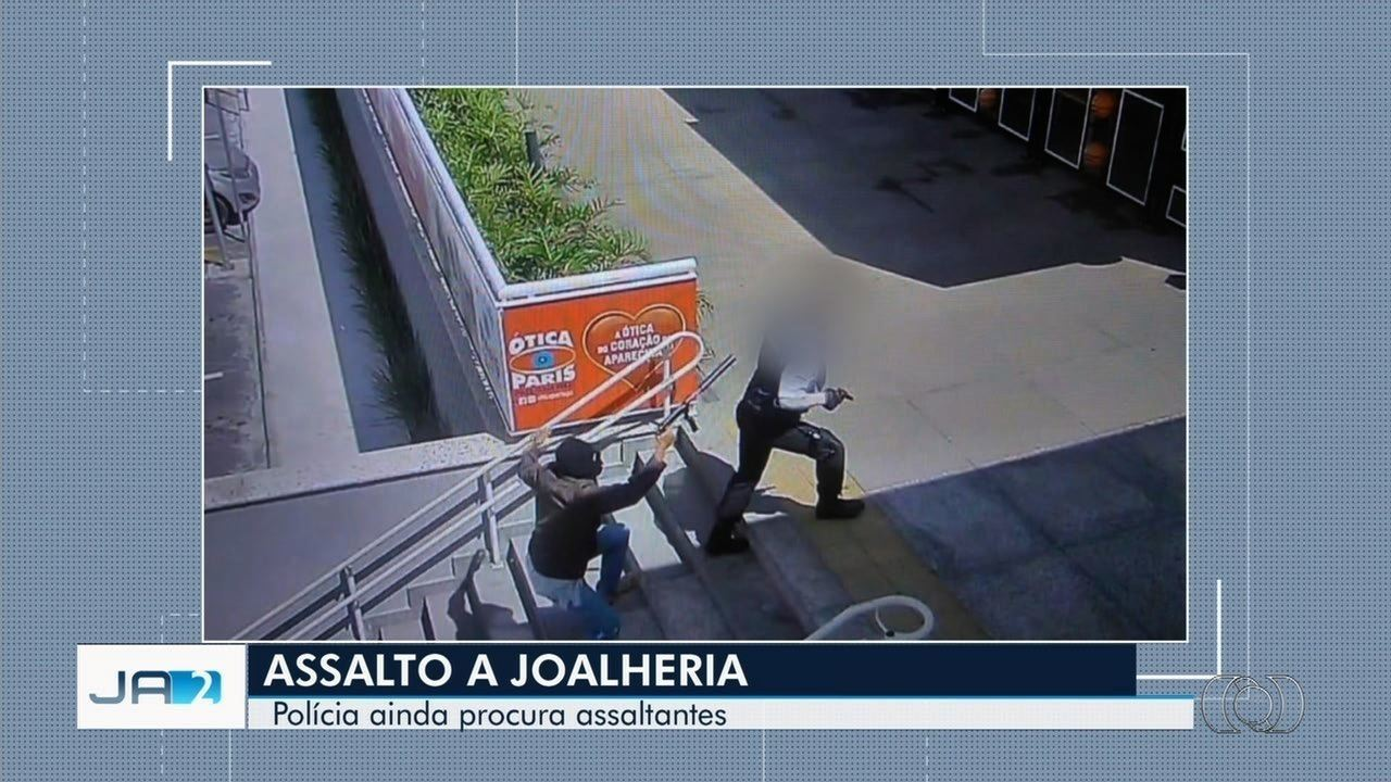 8362823189f Foto mostra ladrão apontando arma para cabeça de vigilante durante assalto  a joalheria