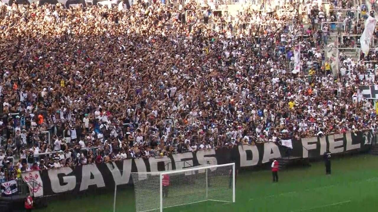Veja a festa da torcida do Corinthians no treino aberto em Itaquera