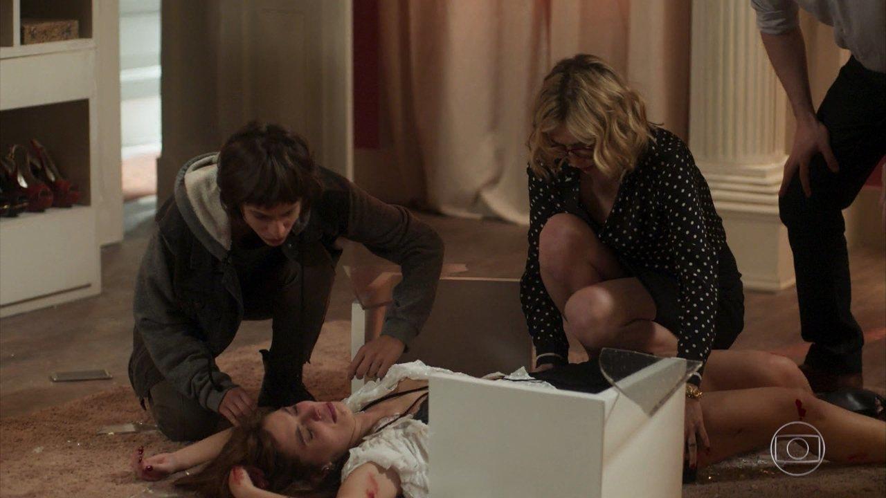 Rochelle forja uma acusação de estupro contra Roberval e cai sobre uma mesa de vidro, se machucando