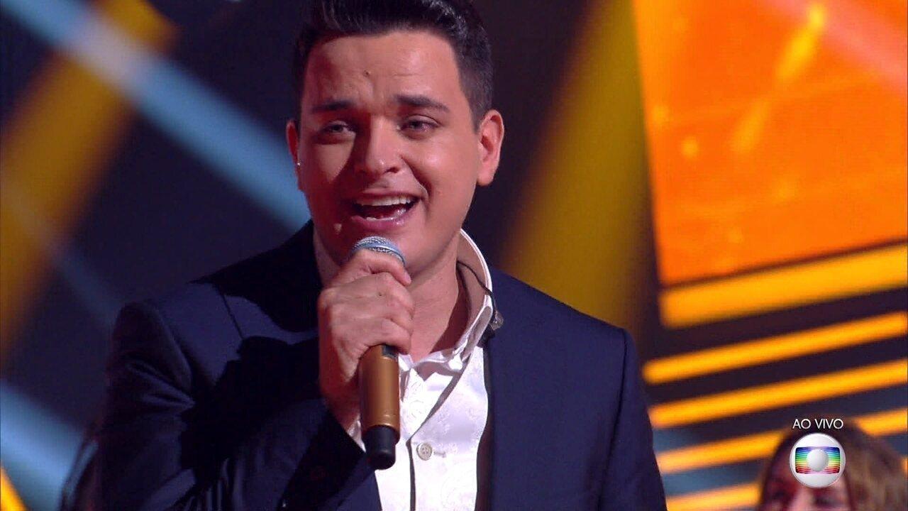 """Léo Pain encerra o programa cantando """"Dormi na Praça"""""""