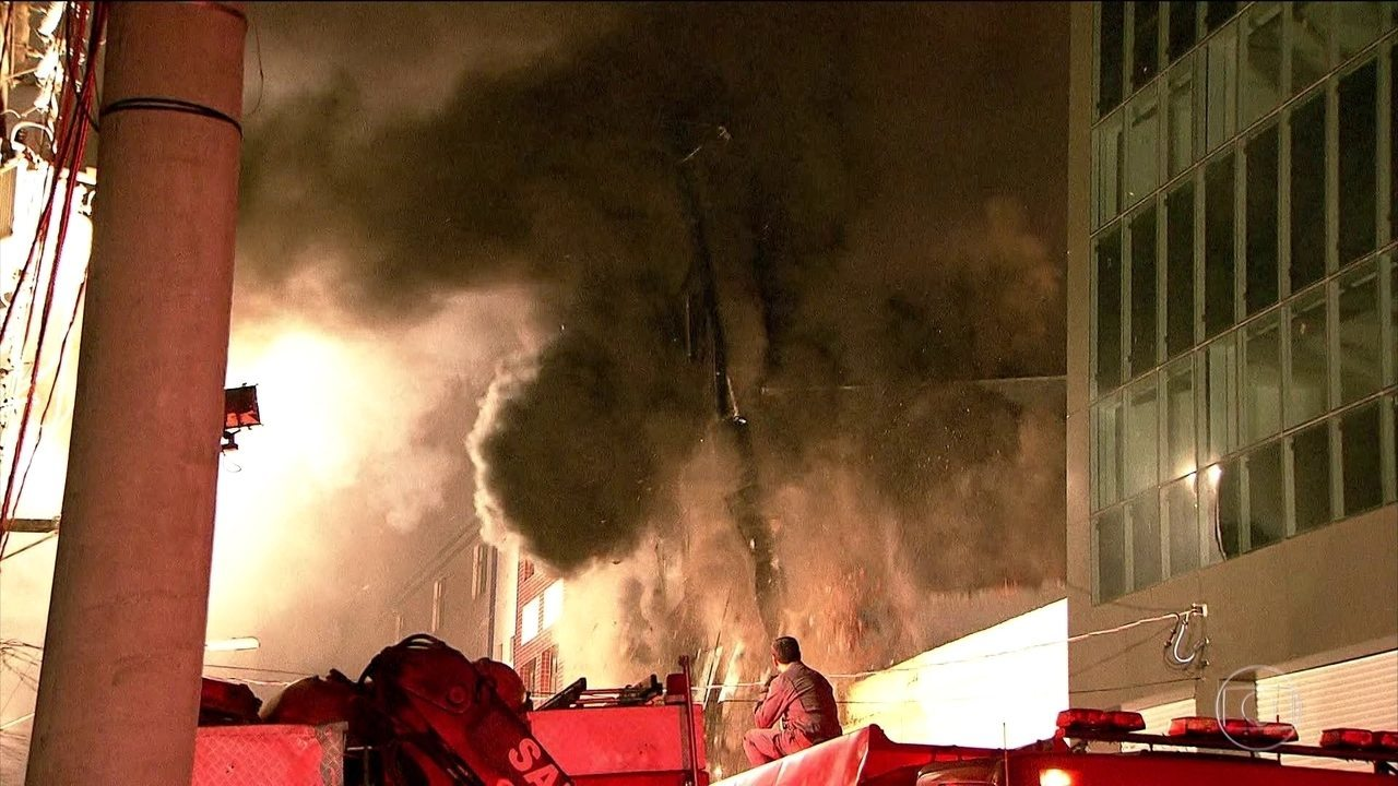 Prédio desaba após incêndio em São Paulo