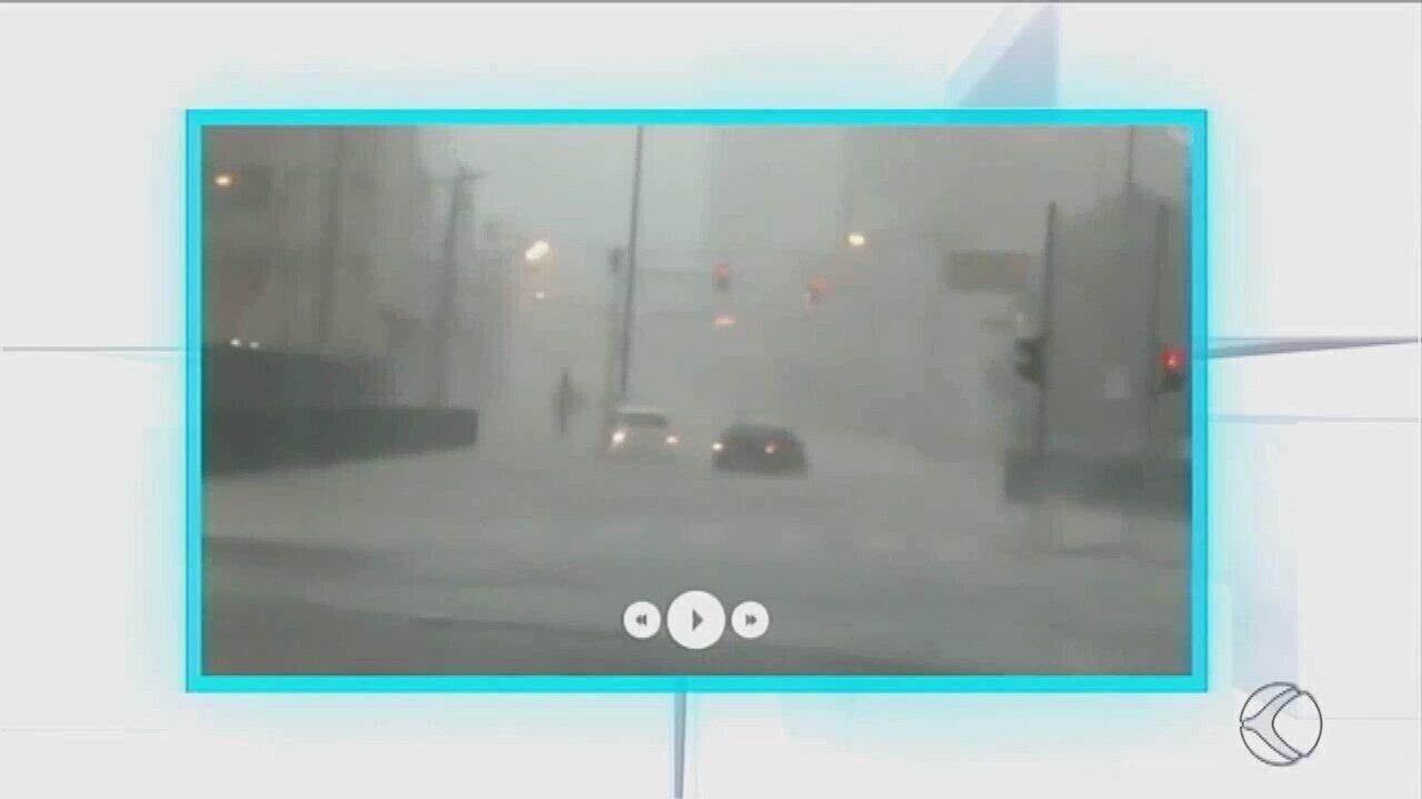 Forte chuva provoca alagamentos no Centro de Uberaba