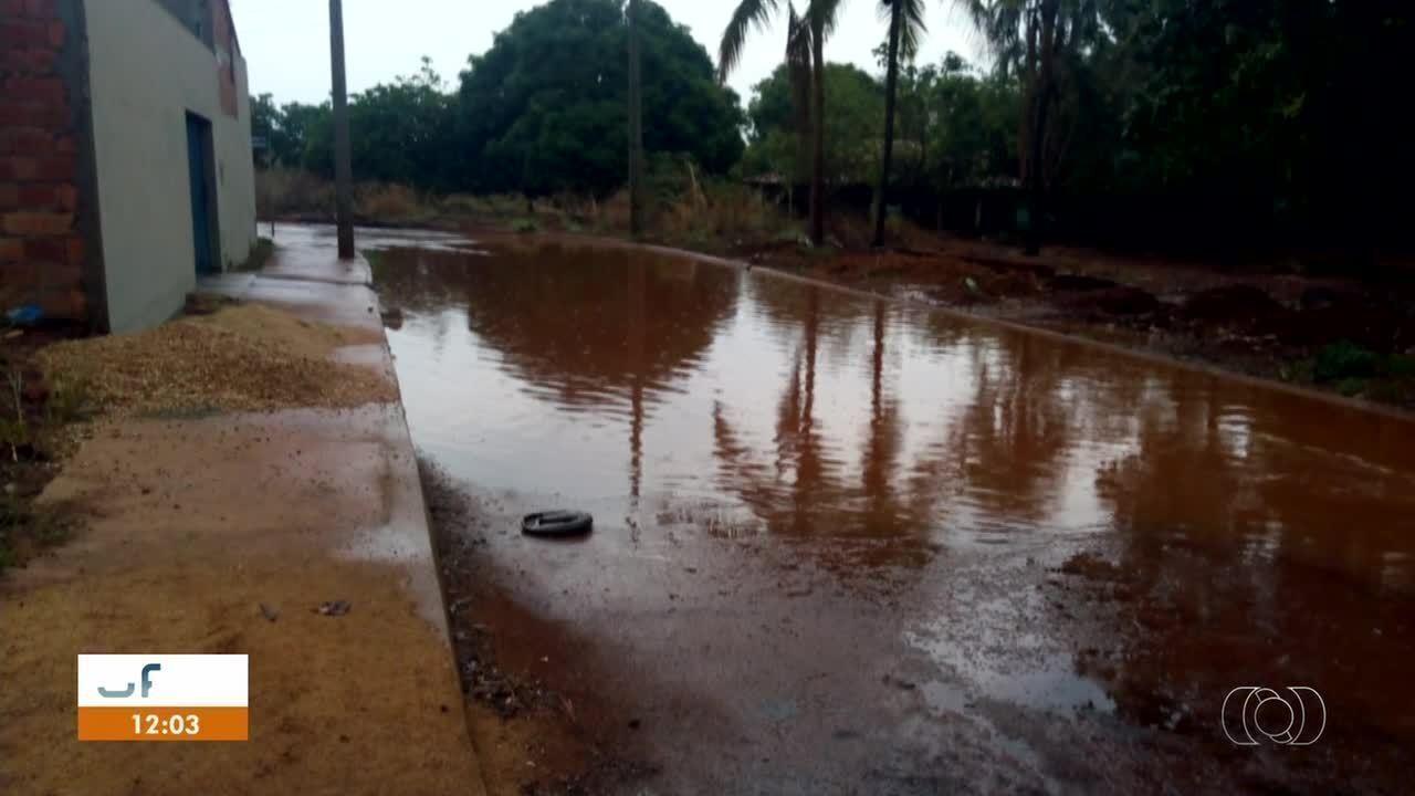 Esgoto se mistura com água da chuva e causa problemas em Palmas; veja outros vídeos