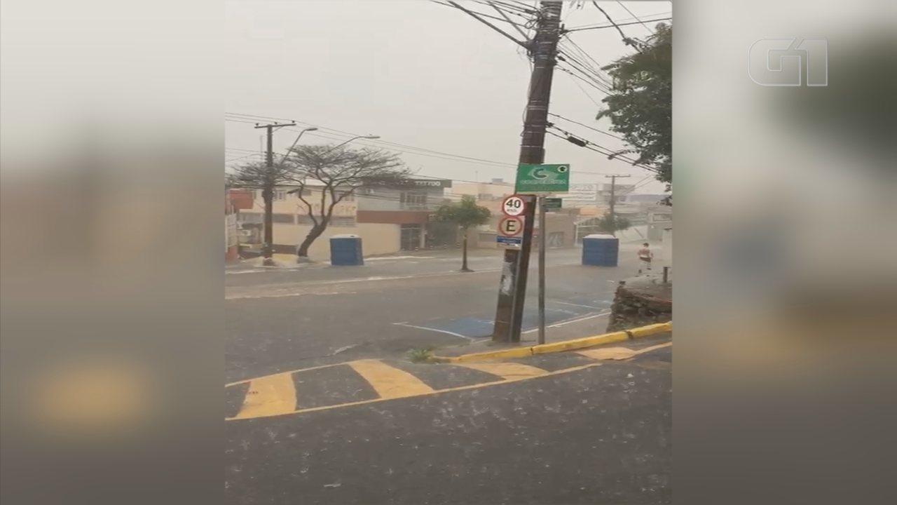 Cantor sertanejo registra banheiros químicos sendo levados pela chuva antes de show