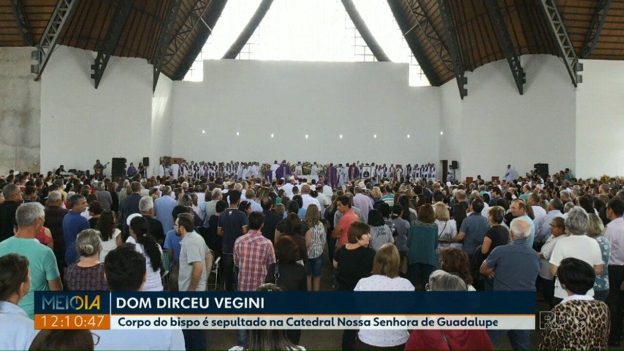 Muitos fiéis participam das últimas homenagens ao Bispo Dom Dirceu Vegini