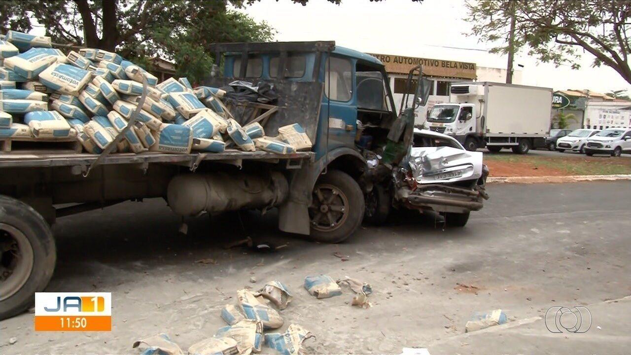 Homem para embaixo de caminhão após acidente em Aparecida de Goiânia