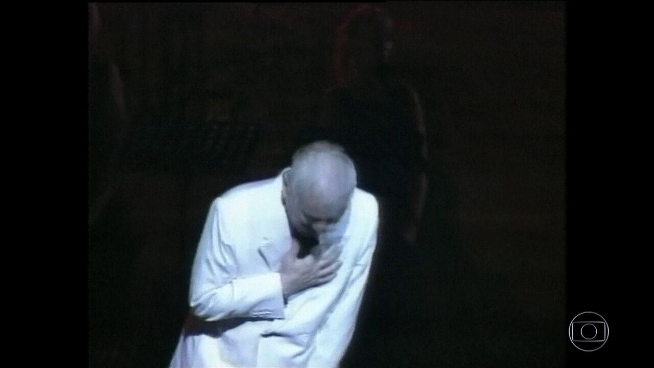 Ídolo na França, o cantor Charles Aznavour morre aos 94 anos