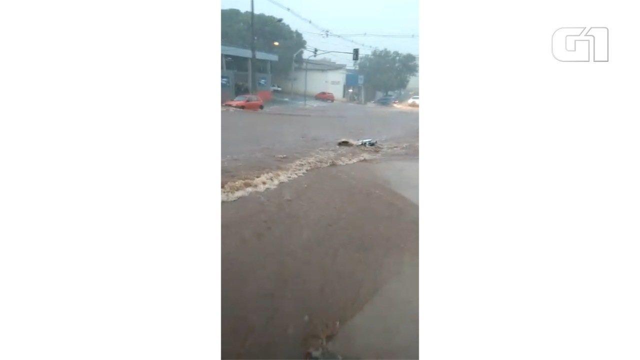 Moto é arrastada por enxurrada durante tempestade em Campo Grande