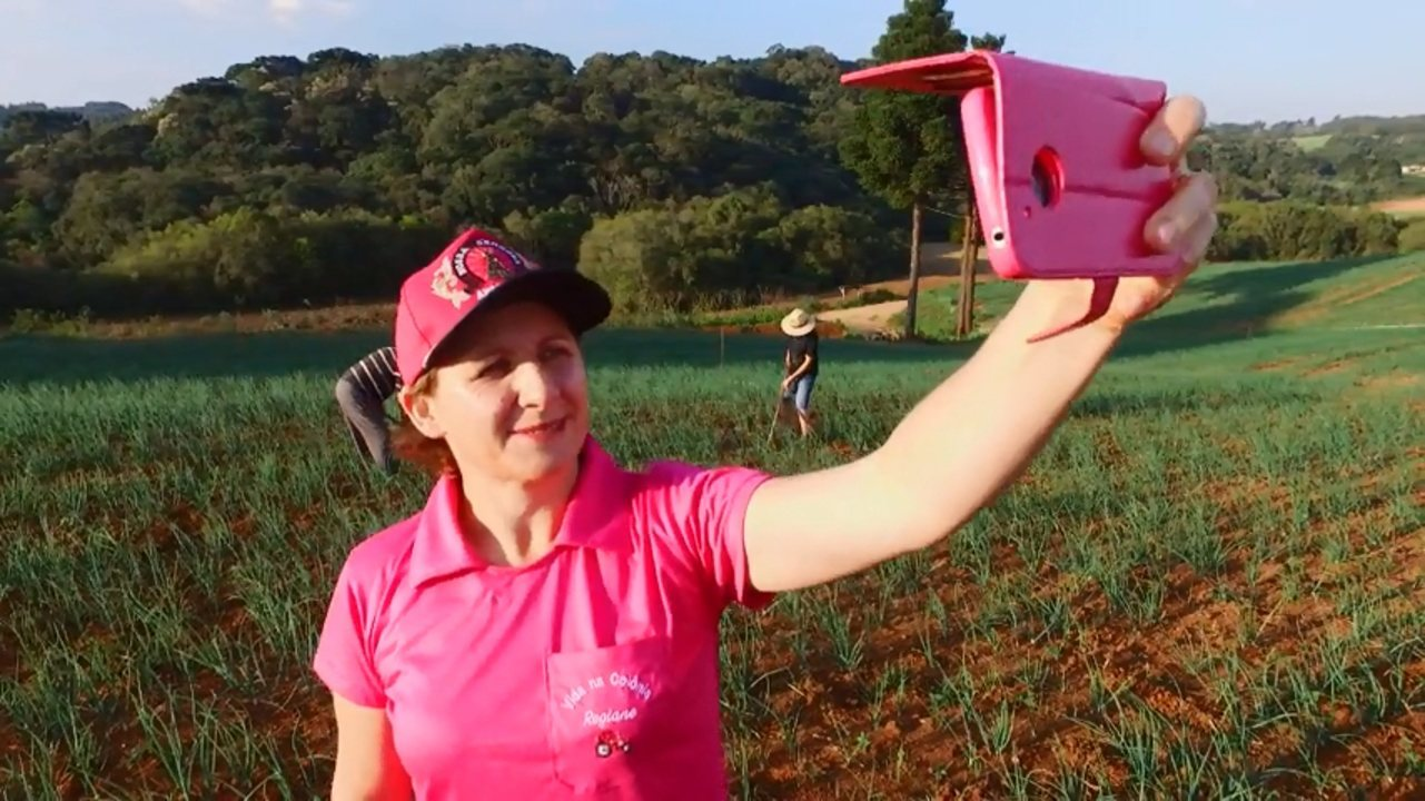Agricultora paranaense ganha fama na internet com vídeos sobre a vida na roça