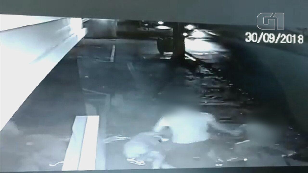 Vídeo mostra homem agredindo ex-cunhada ao devolver o filho após visita