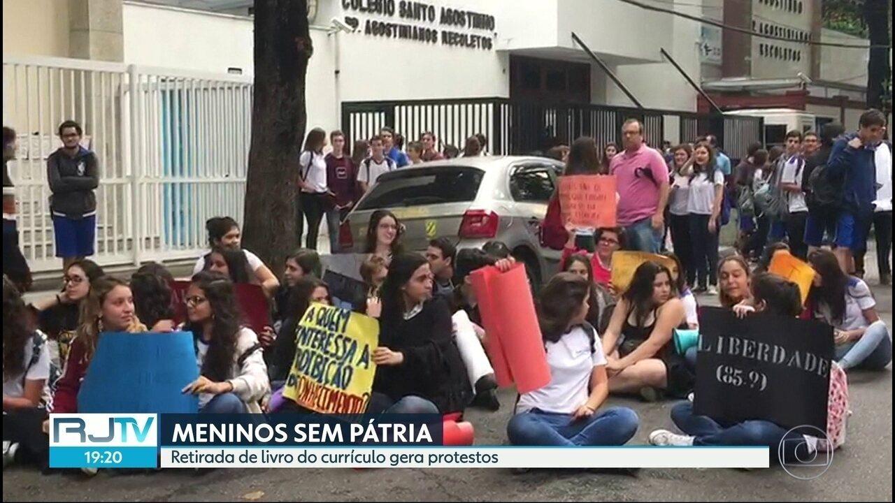 Alunos do colégio Santo Agostinho, no Leblon, fizem protesto na tarde desta sexta (5)