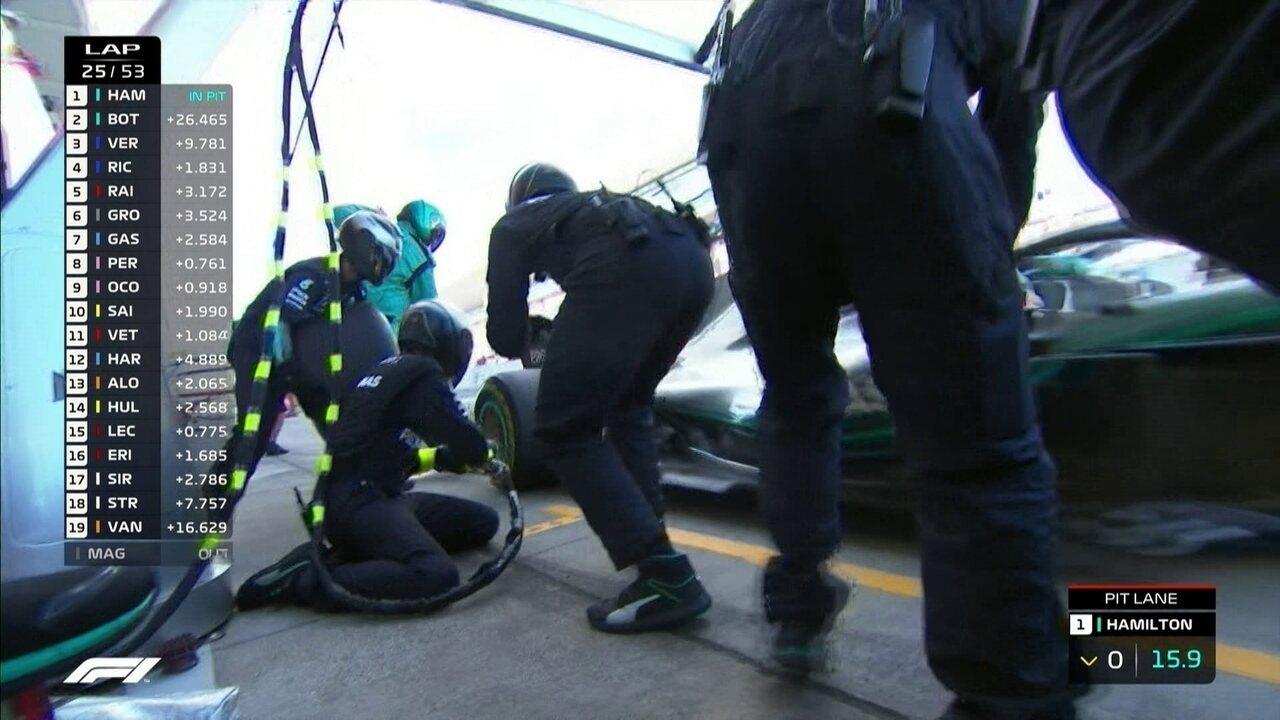Lewis Hamilton vai para os boxes para trocar pneus