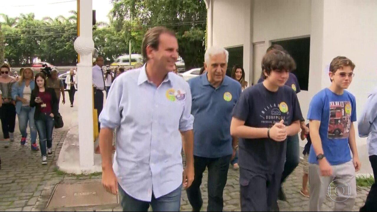 Eduardo Paes (DEM), candidato ao governo do RJ, vota na zona sul do Rio