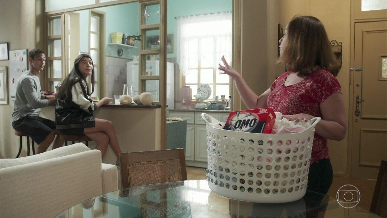 Rosália ajuda Pérola com mancha na roupa