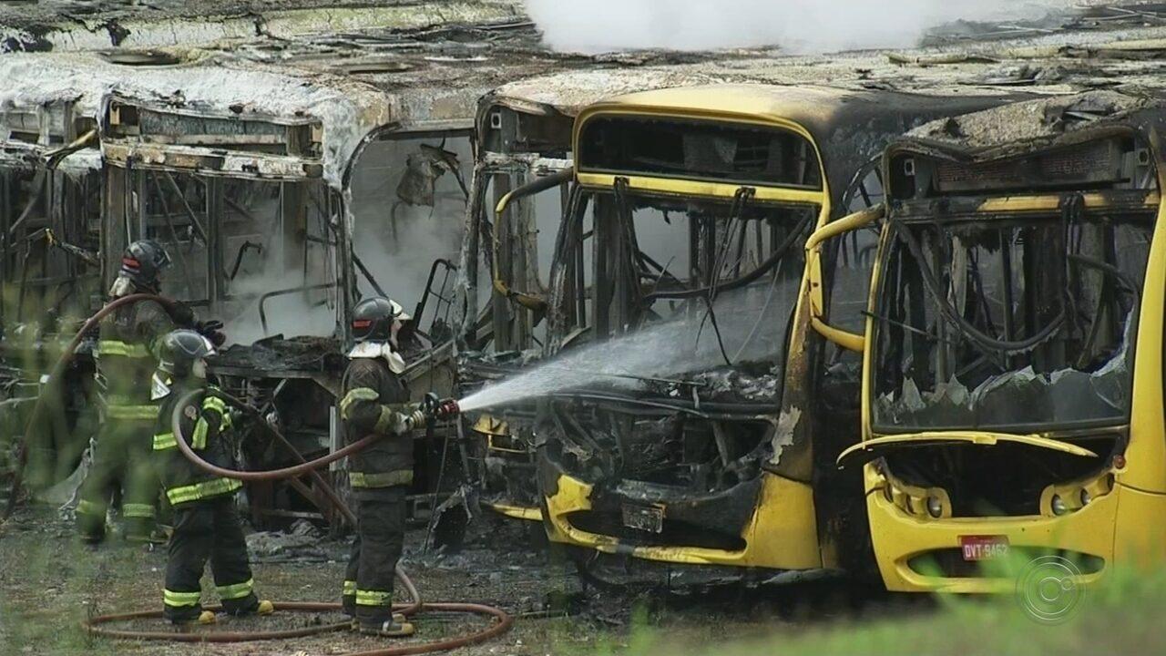 Ônibus do transporte público de Jundiaí pegam fogo em garagem