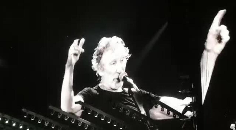 Público aplaude e vaia durante quase cinco minutos na primeira vez que aparece #elenão no telão; Roger Waters agradece