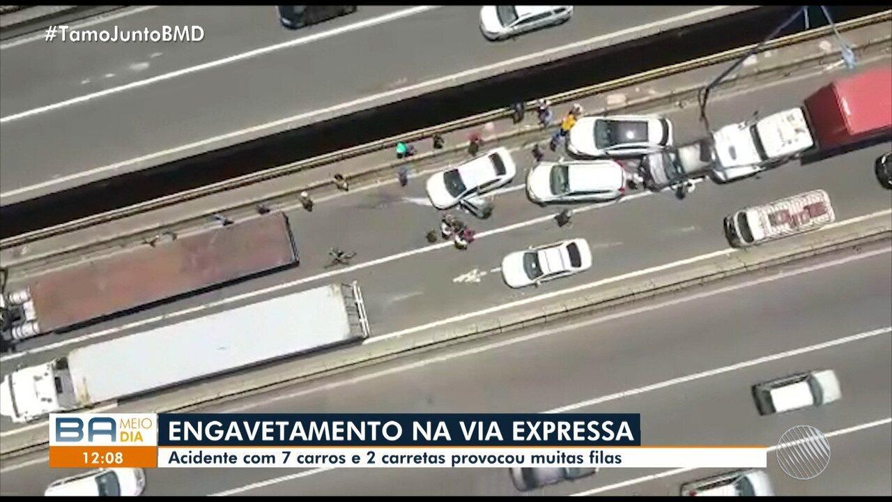 Nove veículos se envolvem em engavetamento na Via Expressa, em Salvador