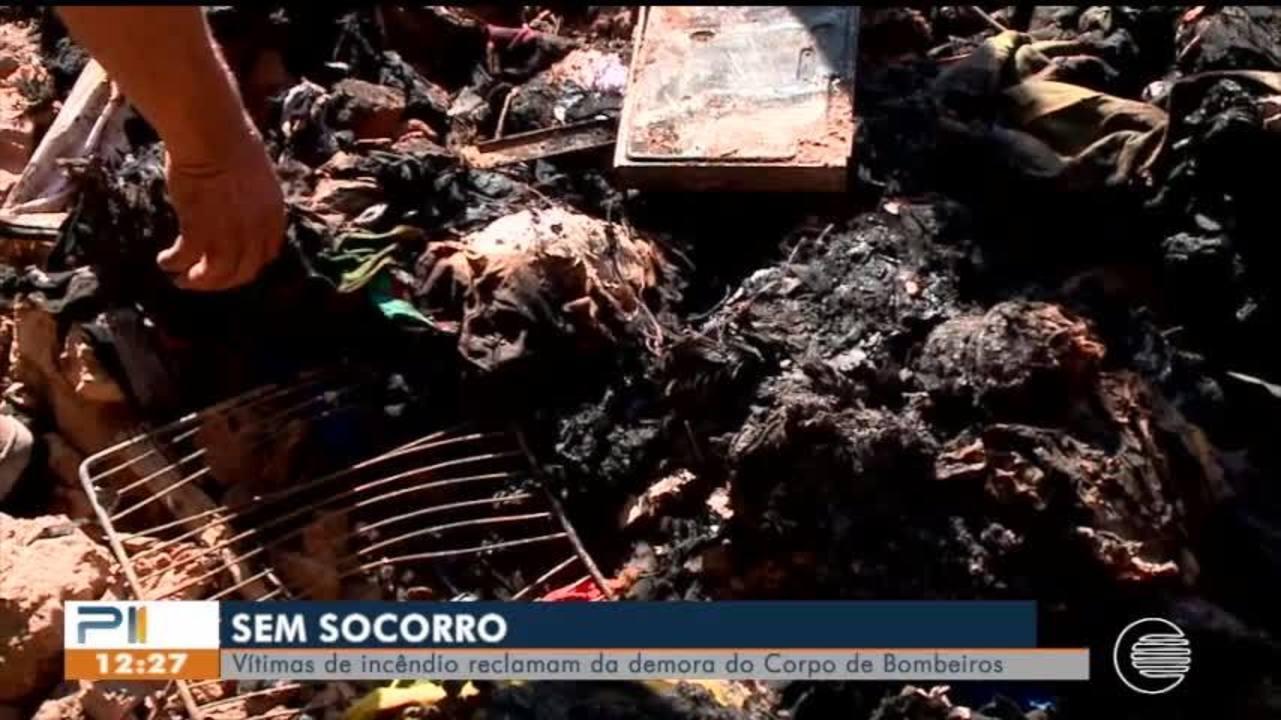Vítimas de incêndio reclamam da demora do corpo de bombeiros