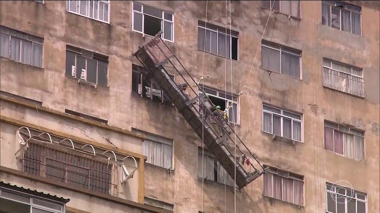 Operários ficam pendurados em andaime em Belo Horizonte