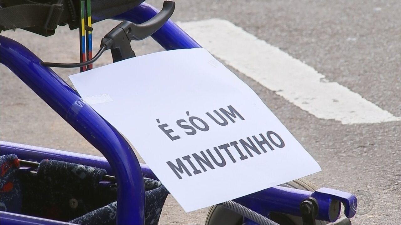Resultado de imagem para Campanha 'estaciona' cadeiras de rodas em vagas para conscientizar motoristas em Catanduva