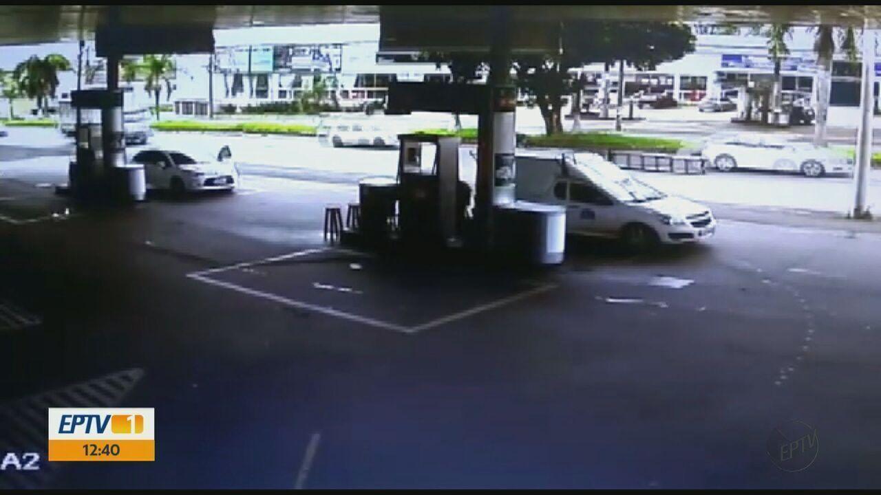 Câmeras flagram momento de roubo a posto de combustível em São Carlos