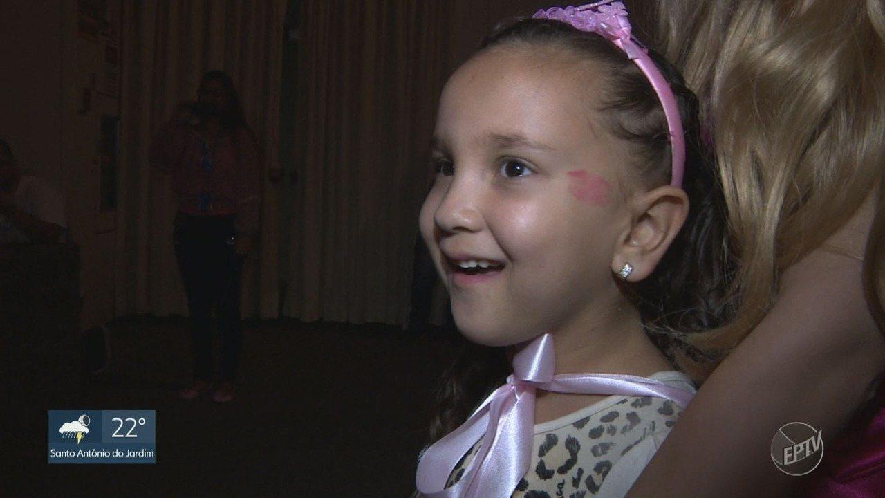 Menina de 7 anos com leucemia ganha bonecas novas e realiza sonho em Mogi Mirim