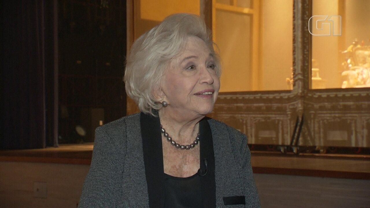 Nathalia Timberg celebra os 90 anos em peça sobre designer americana