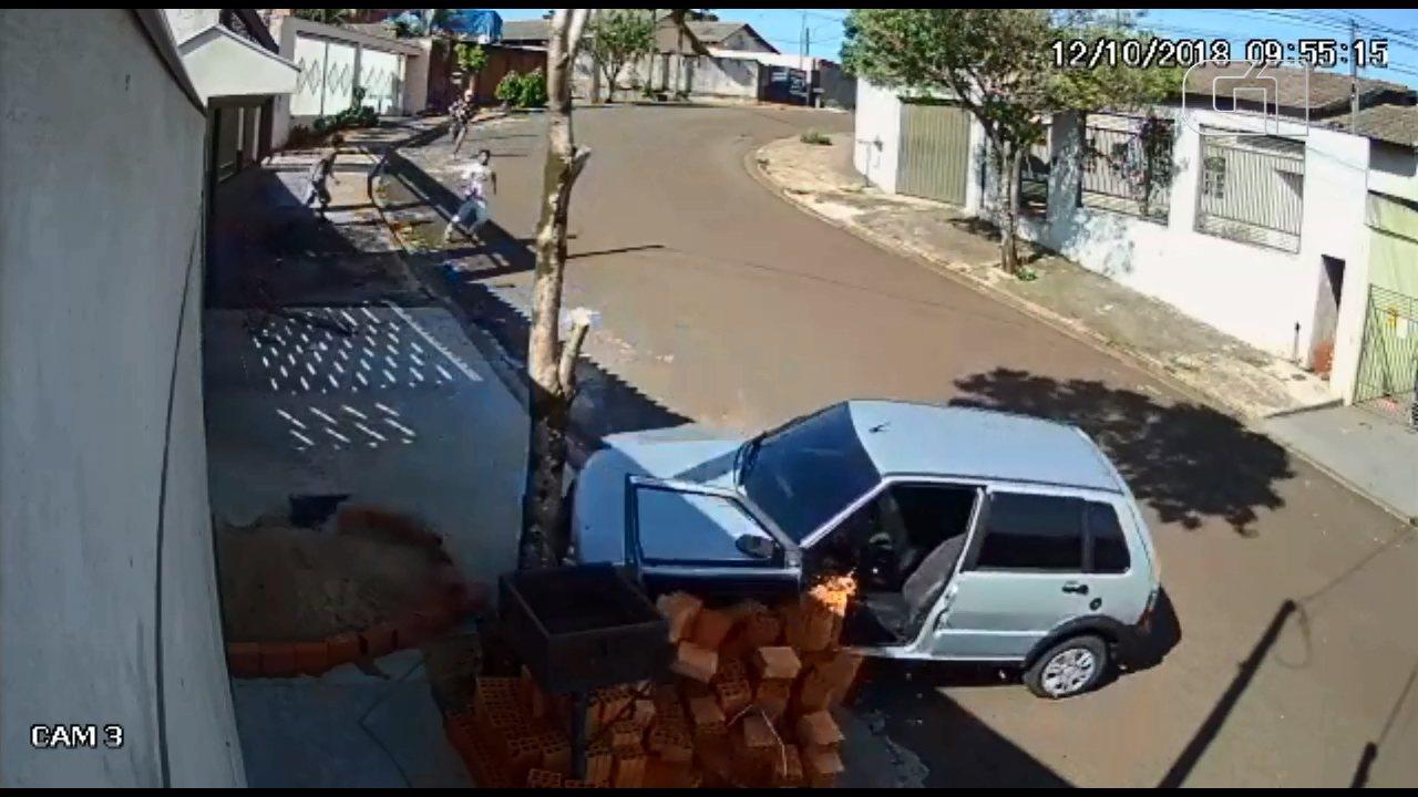 Carro desce rua sozinho, e ladrões se atrapalham em tentativa de assalto no Paraná