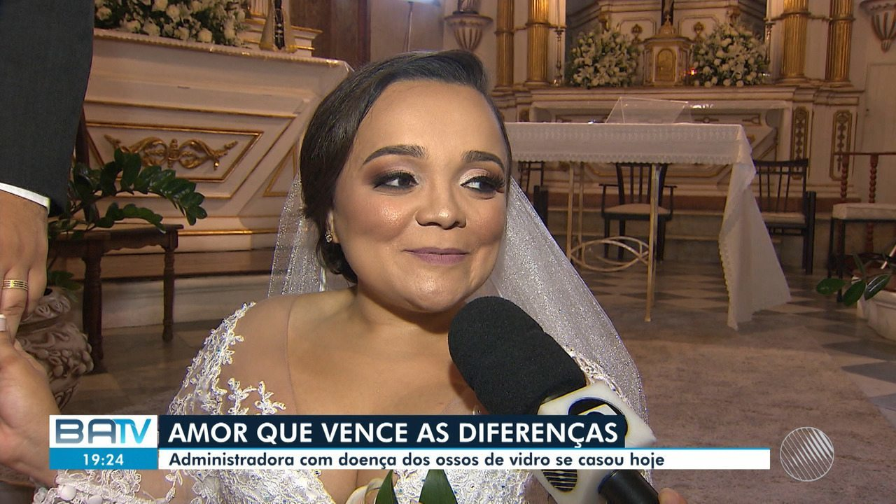 Administradora com doença dos 'ossos de vidro' realiza casamento em Salvador