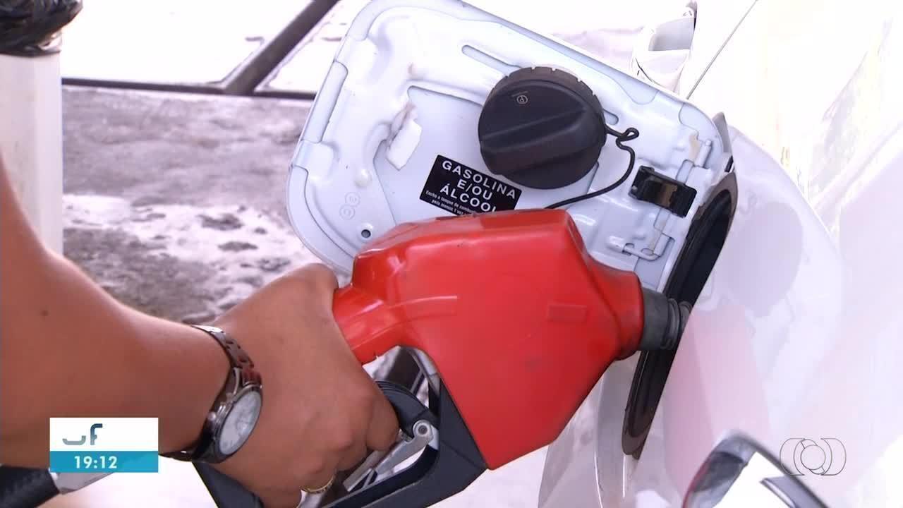Preço da gasolina cai nas refinarias, mas a diferença não é sentida nas bombas