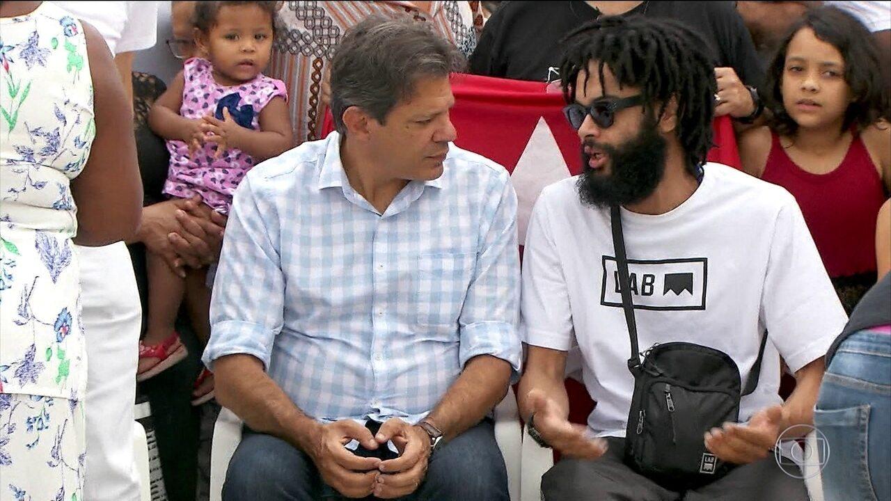 Fernando Haddad, candidato do PT, faz campanha na periferia de São Paulo