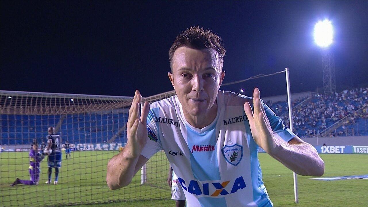 Gol do Londrina! Dagoberto cobra pênalti no canto e marca, aos 47 do 1º tempo