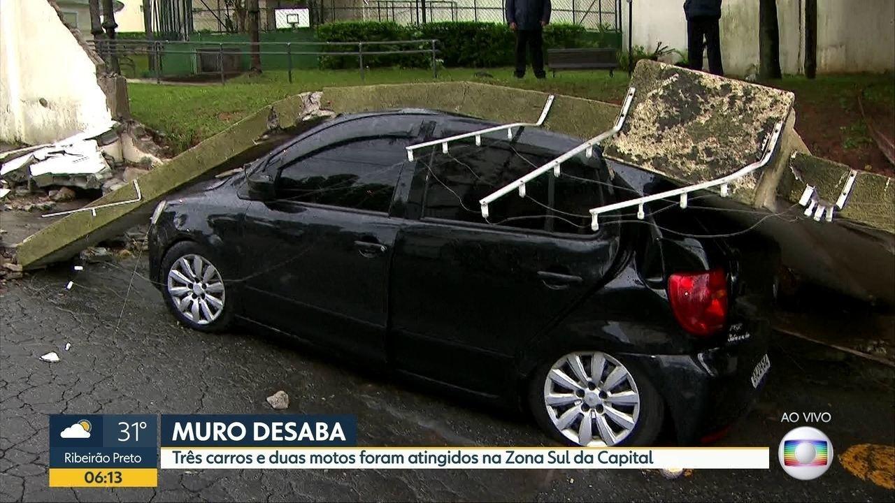Muro desaba sobre carros e motos durante temporal na Zona Sul