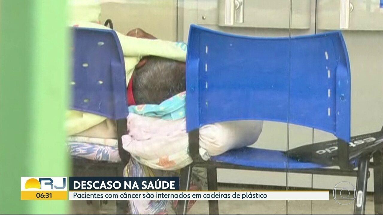 Pacientes com câncer são internados em cadeiras de plástico, nos hospitais do Rio