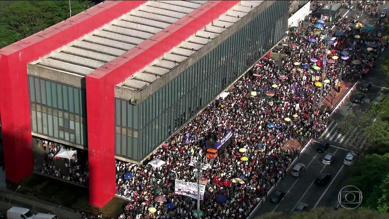 Manifestantes protestam contra Bolsonaro em 29 cidades do país
