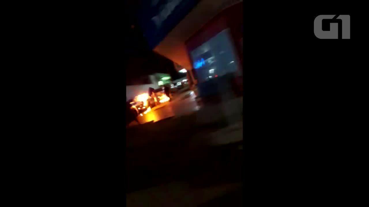 Homem é preso após atear fogo em viaturas