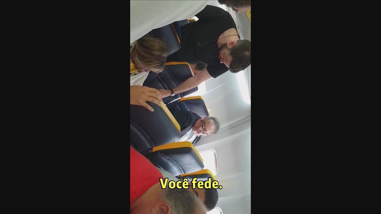 Ataque racista dentro de avião gera críticas à companhia aérea