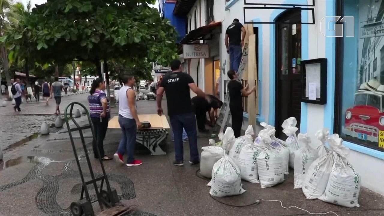 Mexicanos se preparam para chegada do furacão Willa