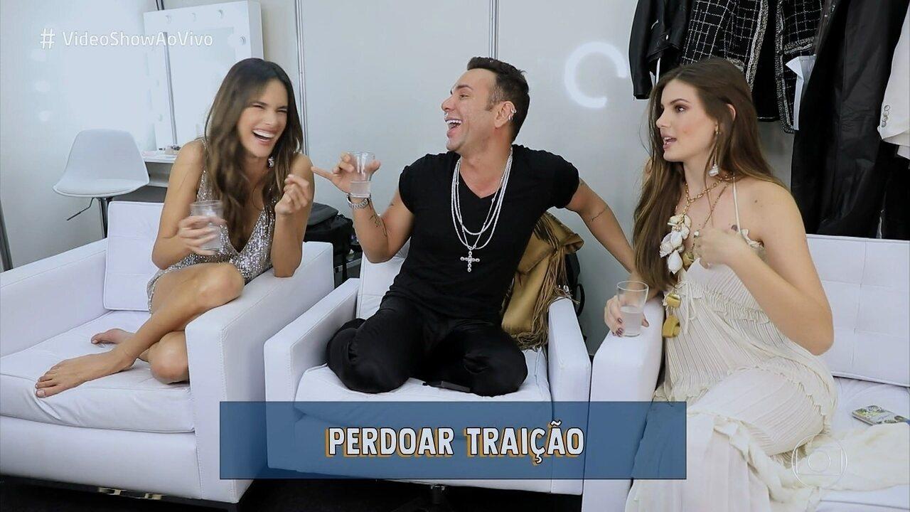 Alessandra Ambrosio e Camila Queiroz dizem que já perdoaram traição, e contam segredos