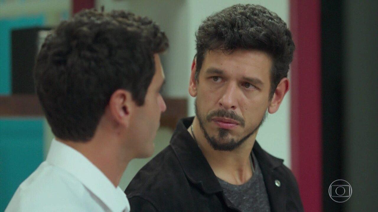 Alain desabafa com Marcelo sem saber que Isabel está ouvindo
