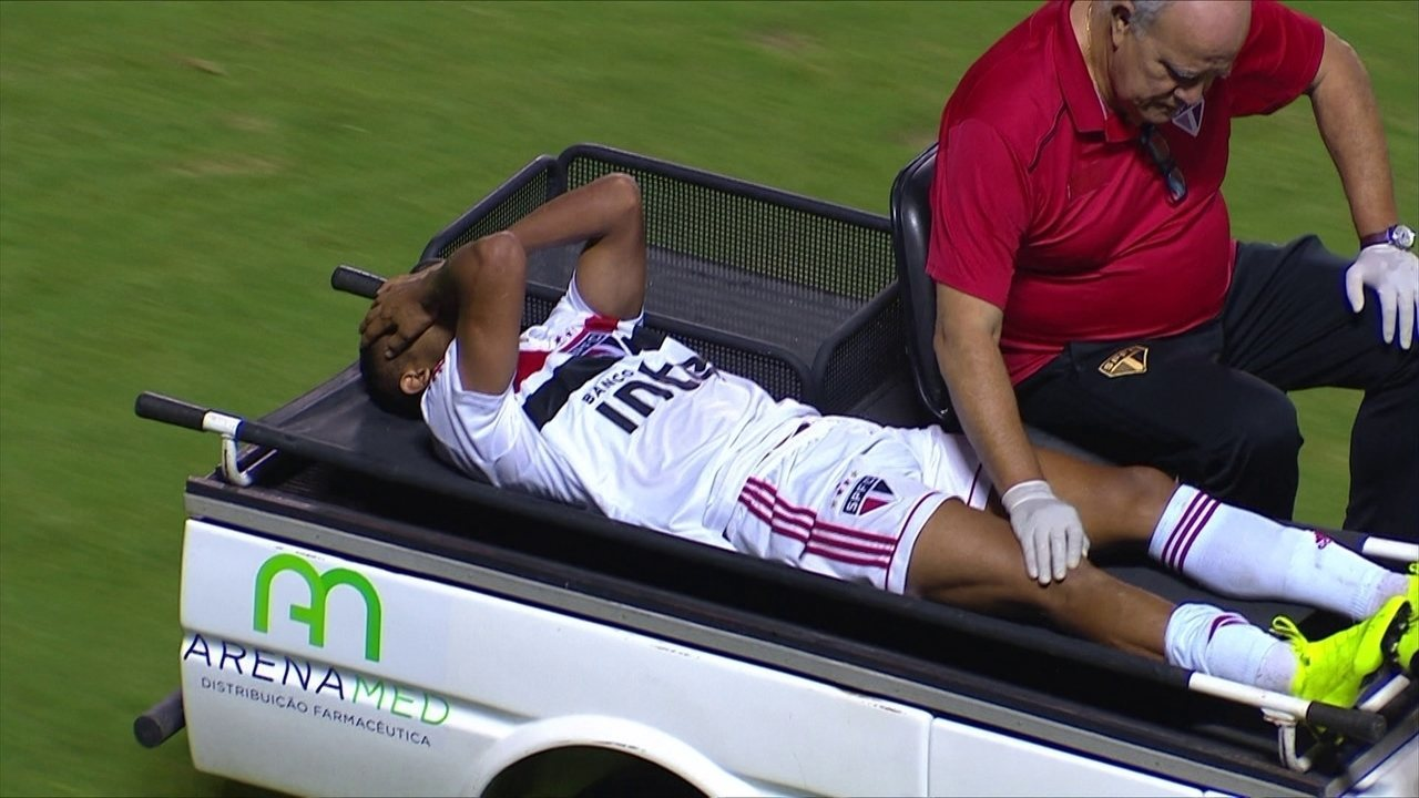Rojas, do São Paulo, deixa campo com suspeita de grave lesão no joelho direito