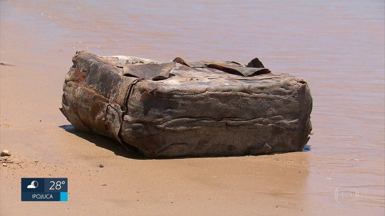 Pacotes sem identificação são encontrados em praias do Grande Recife