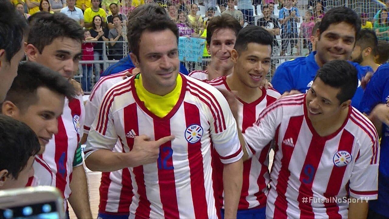 52ac1303fb Falcão recebe camisa 12 do Paraguai em seu ultimo jogo pela seleção  brasileira de futsal