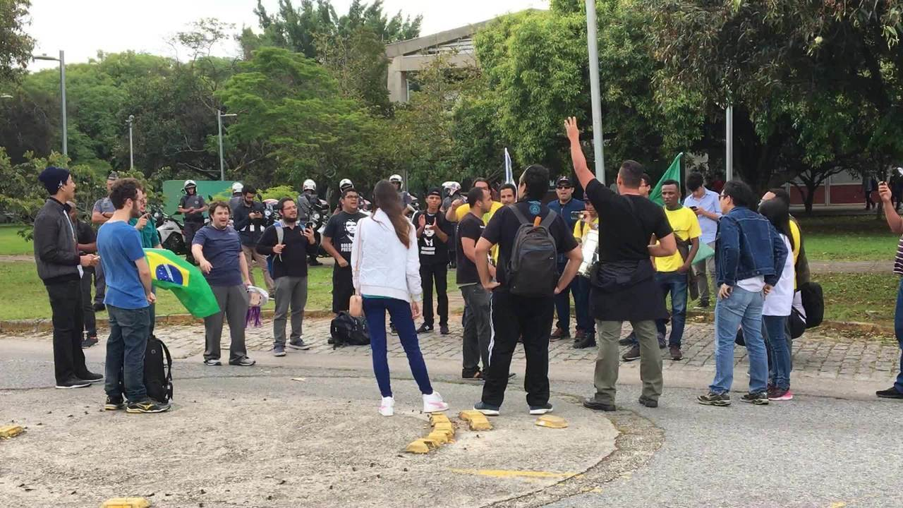 Grupo de 20 pessoas faz protesto pró-Bolsonaro na USP